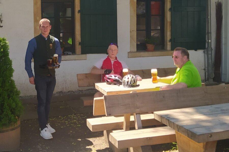 Pächter Robert Scharf bedient Gäste im Außenbereich des Altsächsischen Gasthofs Kleines Vorwerk in Sayda. Auch er ist auf der Suche nach Arbeitskräften.