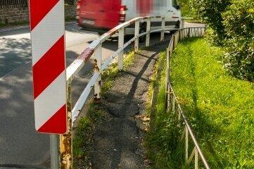 Die Gefahrenstelle in Mauersberg: Der Fußweg ist nicht nur marode, sondern auch viel zu eng.