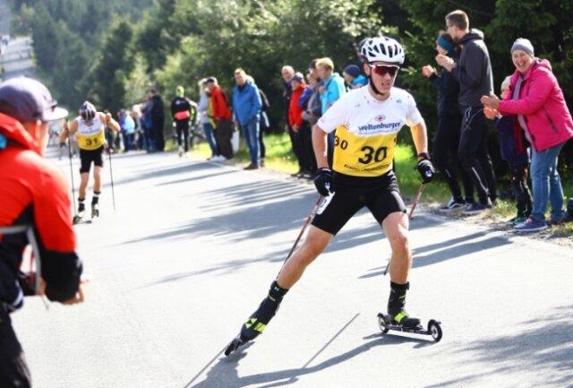 Beim Sommer-Grand-Prix am Fichtelberg wurde besonders Tristian Sommerfeldt lautstark angefeuert. Der 16-jährige Oberwiesenthaler war der jüngste unter 44 Teilnehmern und landete auf Rang 30.