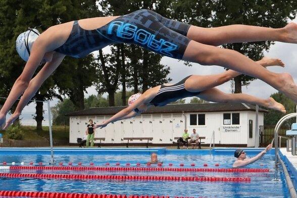 Mitten rein ins Glück: Die Schwimm-Abteilung der SSV Blau-Weiß Gersdorf freute sich am Sonntag über 29 Teilnehmer bei ihrer offenen Vereinsmeisterschaft im Sommerbad.