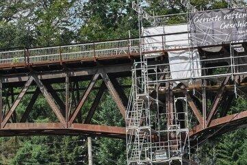 Ein Teil des Gerüsts am Viadukt ist bereits wieder demontiert. Die Konstruktion muss offenbar wegen Statikproblemen neu aufgebaut werden.