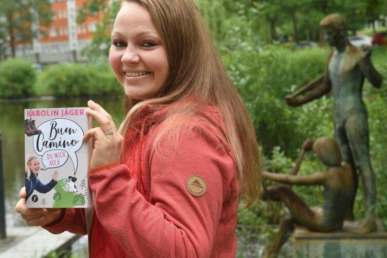 """Karolin Jäger mit ihrem Buch """"Buen Camino ... Du mich auch"""" über ihre Erlebnisse als Pilgerin auf dem Jakobsweg."""