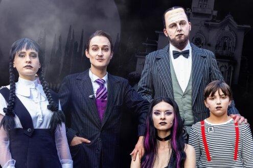 """Die erzgebirgische """"Addams Family"""" besteht aus Katharina Apitz (Tochter Wednesday), Nick Körber (Vater Gomez), Nadja Schimonsky (Mutter Morticia), Marvin Thiede (Butler Lurch) und Tim Blutner (Sohn Pugsley). Den spielt er im Wechsel mit Corvin Kriesel."""