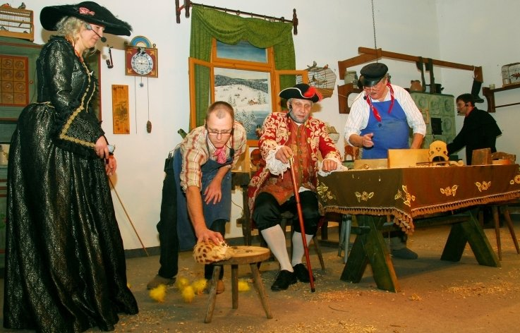 """Aus dem Gläsel-Nachlass brachte das Theaterdorf Zwota 2013 das Stück """"Ban Girg"""" auf die Bühne. Eine Szene mit Andrea Meisel, Danilo Kaune, Rolf Bach, Peter Leonhardt und Rico Schneider (von links)."""