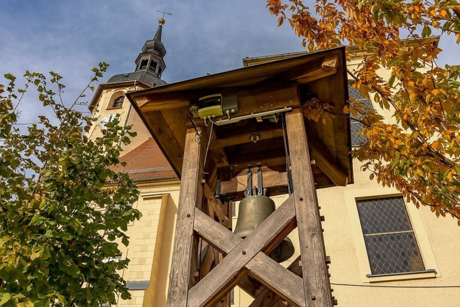 Die provisorische Glocke im Garten der Peter-Paul-Kirche in Reichenbach muss rund ein halbes Jahr länger läuten als gedacht. Die Glockenweihe wurde auf April 2022 verschoben.