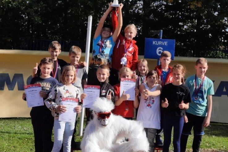 Das neue Maskottchen des Rennrodel-, Bob- und Skeletonverbandes freute sich mit den jungen Sportlern des ESV Lok Zwickau über den Pokalgewinn.