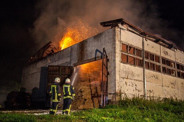 Großbrand: Lagerhalle in Neumark in Flammen