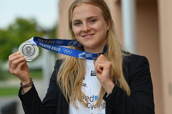Lea Sophie Friedrich zeigt die Silbermedaille, die sie bei den Olympischen Spielen in Tokio gewann.