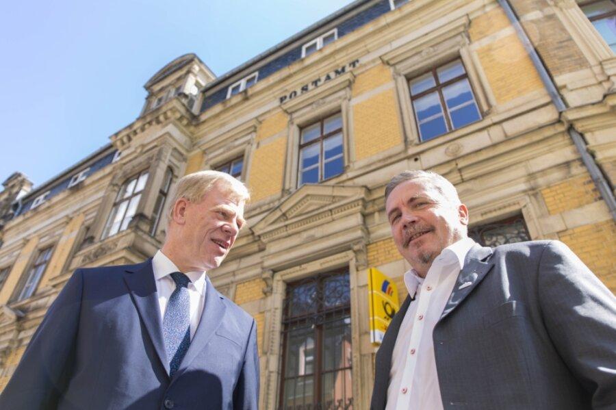 2015 sah es noch so aus, als sollte das Großfinanzamt nach Annaberg-Buchholz kommen: Oberbürgermeister Rolf Schmidt (r.) im Gespräch mit dem damaligen Finanzminister Georg Unland.