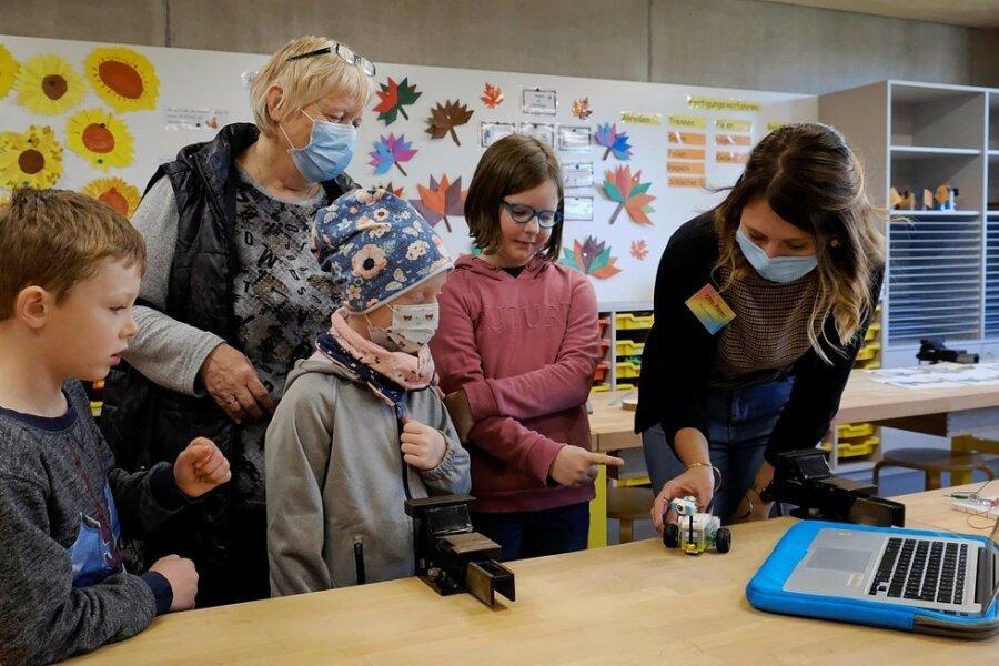 Referendarin Anna Männel (rechts) führte im neuen Fachkabinett Werken/Kunst der Grundschule Hauptmannsgrün Projekte der Arbeitsgemeinschaft Robotik vor. Ludwig sowie Oma Heike Berg mit ihrer Enkelin Amelie und Marie (von links) schauten interessiert zu.