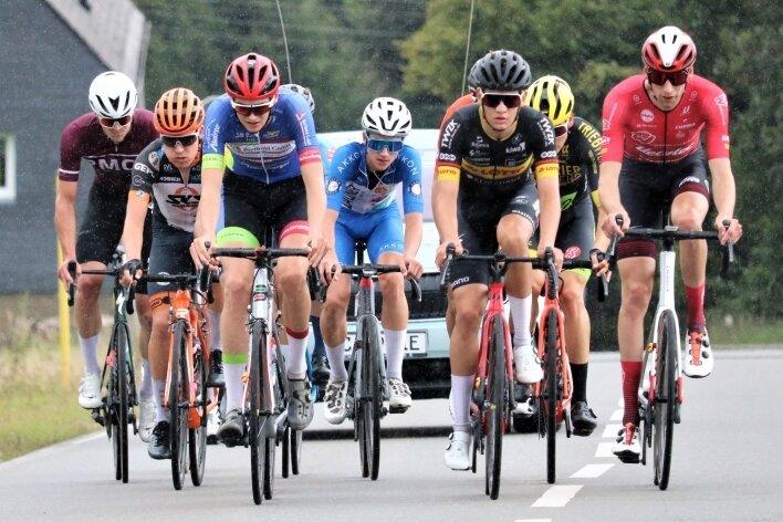 Lange in der Spitzengruppe: Jakob Schmidt vom Berthold Radteam Hainichen (3.v.l.) riss schon am ersten Anstieg aus.