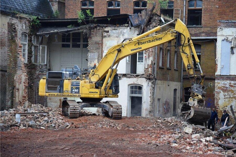 Schritt für Schritt frisst sich der Großbagger durch die Gebäude der riesigen Brache.