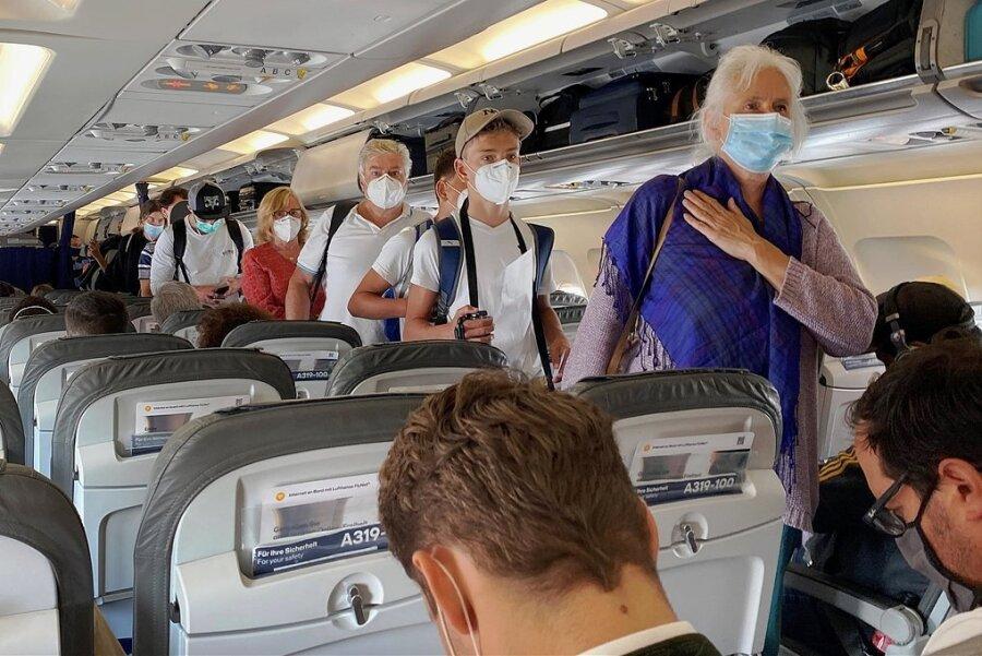 Fliegen in Zeiten der Coronapandemie: Der Abstand von anderthalb bis zwei Metern ist in Gängen und Sitzreihen kaum einzuhalten, aber die Maske muss sein.