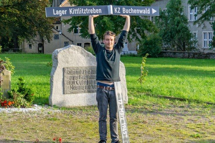Künstler Felix Forsbach zeigt die Schilder, die in Erdmannsdorf auf das Online-Mahnmal hinweisen sollen. Gescheitert sind die Schilder noch nicht. Der Stadtrat debattiert im Oktober noch mal darüber.