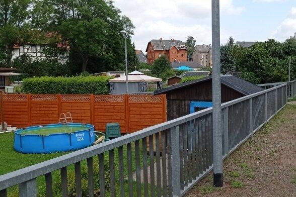 """Der verrohrte Dorfbach befindet sich unter der Gartenanlage """"Am Anger"""", hier vom Haltepunkt Hohndorf-Mitte der City-Bahn aus gesehen."""