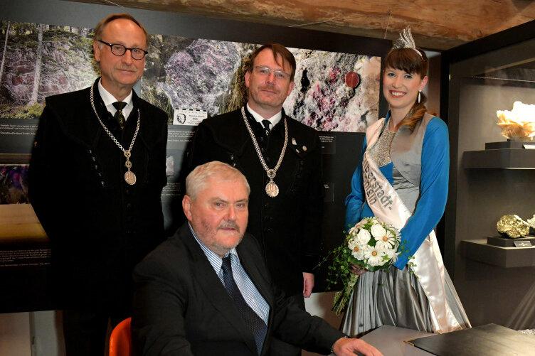 Hubert Böhme (vorn) im Bild mit Baubürgermeister Holger Reuter, Oberbürgermeister Sven Krüger und der 1. Silberstadtkönigin Julia Richhter (h.v.l),.