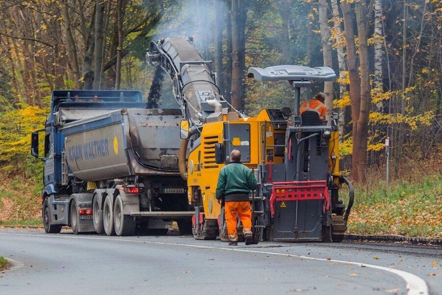Auf der B 169 in Aue lässt das Landesstraßenbauamt seit dieser Woche Fahrbahnschäden sanieren. Dafür ist die Trasse gesperrt.