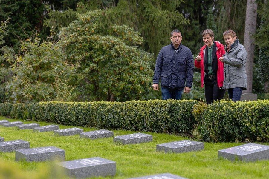 Steinmetz Markus Schmidt, Pfarrerin Nikola Schmutzler und Sabine Schlosser vom städtischen Grünflächenamt sind mit dem Ergebnis zufrieden.