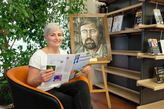 Mitarbeiterin Alexandra Müller macht es sich schon mal probehalber bequem. In der Jürgen-Fuchs-Bibliothek soll an dieser Stelle die neue Zeitschriften-Schmökerecke entstehen.