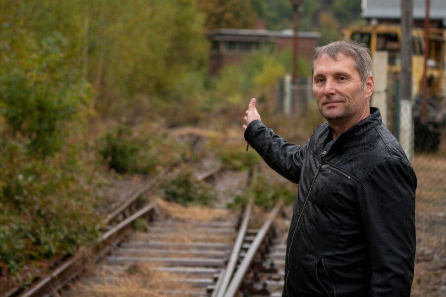Der Rochlitzer Oberbürgermeister Frank Dehne am Gleis in Richtung Großbothen. Er hofft, dass die Weichen für die Reaktivierung der Strecke jetzt endlich gestellt werden.