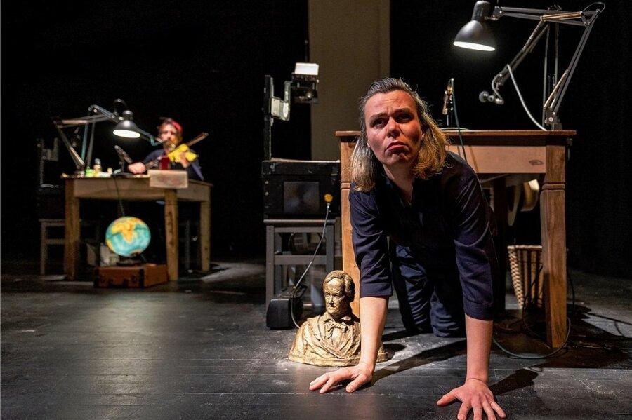 """Claudia Acker in einer Szene des Stücks """"Atlas der abgelegenen Inseln""""."""