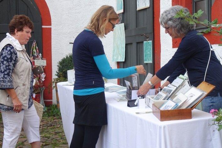 Sabine Müller aus Altenburg (r.) bot beim Kunstmarkt ihre Druckgrafiken an. Mehr als 1000 Besucher waren auf die Rochsburg gekommen.