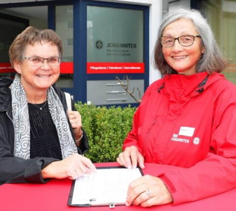 Evelin Beck (links) und Dagmar Sachse sind für ihre langjährige Mitarbeit mit der Ehrenmedaille des Verbandes geehrt worden.