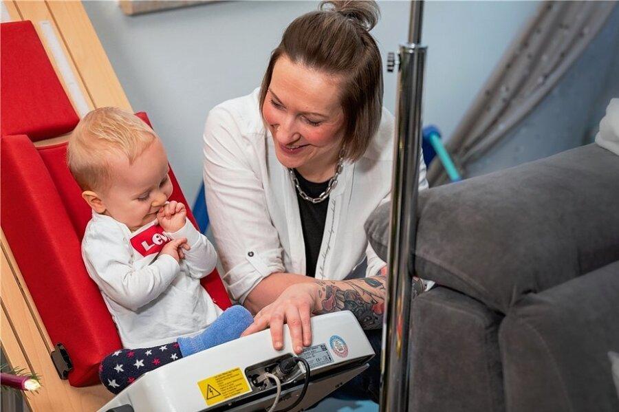 Muskeltraining scheint ihm Spaß zu machen: Mutter Jana Brandt mit dem kleinen John an der Vibrationsplatte.