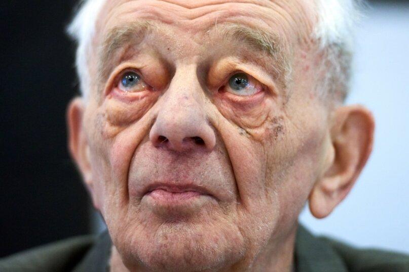 Justin Sonder bei seinem Besuch in Detmold vor vier Jahren, wo er als Zeuge im vermutlich letzten Gerichtsverfahren gegen einen SS-Wachmann des Vernichtungslagers Auschwitz aussagte. Der Chemnitzer Sonder hat dieses und weitere Lager überlebt und von seinen Erfahrungen lange geschwiegen. Dann sprach er in hunderten Veranstaltungen vor tausenden Menschen über den Holocaust. Am Dienstag ist er, 95-jährig, in Chemnitz gestorben.
