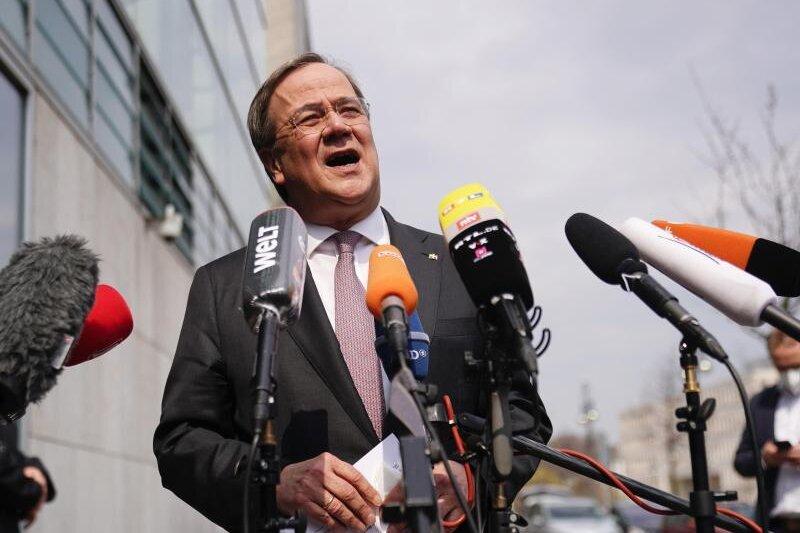 Armin Laschet, CDU-Bundesvorsitzender und Ministerpräsident von Nordrhein-Westfalen, spricht bei einem Statement vor dem Konrad-Adenauer-Haus, der Bundeszentrale der CDU.