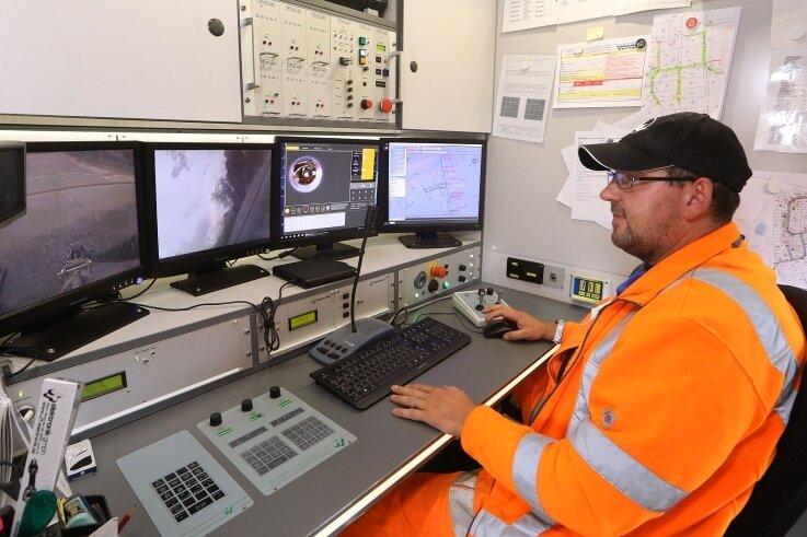 Operator René Eulitz steuert von hier aus den Kamerawagen. Er speichert auch das komplette Video- und Fotomaterial sowie die Vermessungsgrafik.
