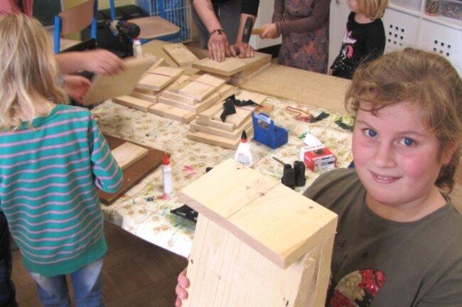 Kinder bauen für Fledermäuse