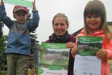 Stolz zeigen Leon Schneider, Erzieherin Celine Böhme und Elena Wiedemann die Urkunde, die es für die Kindereinrichtung zusammen mit dem Preisgeld gab.