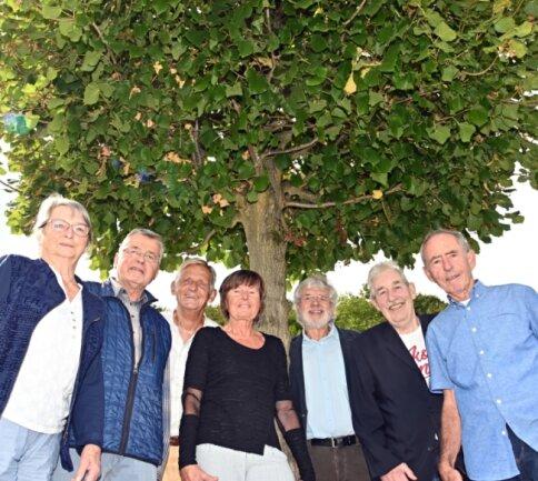 Vor 60 Jahren kamen sie in die zwölfte Klasse - jetzt trafen sie sich wieder und nahmen einen Imbiss unter ihrem zur Landesgartenschau gespendeten Baum ein, einer Sommerlinde.