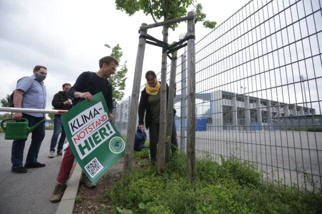 Baumgießaktion am Sonnenberg: Die Aktion Parents for Future hat am Mittwochnachmittag auf die Folgen des Klimawandels im Stadtgebiet hingewiesen.