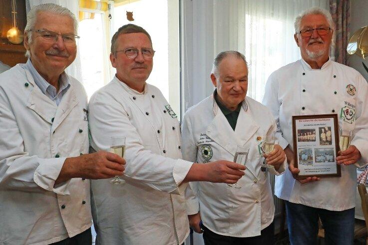 Ein Gläschen Sekt zum 80.: Jubilar Lothar Heimann (2. v. r.) stößt mit Helmut Berge, Maik Arnold und Werner Hergert (von links) vom Verein der Zwickauer Köche an.