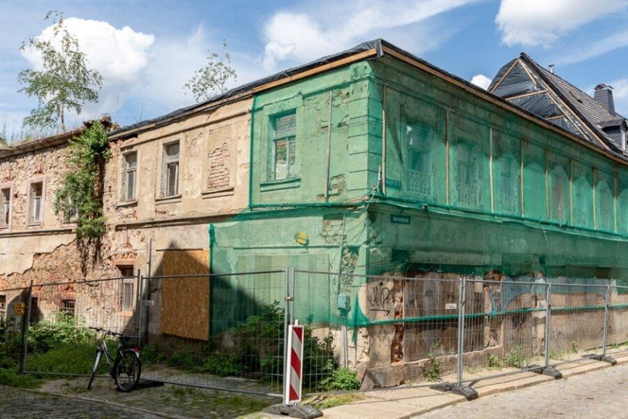 Erst eine Notsicherung, weil das Dach einzustürzen drohte, jetzt will die Stadt Burgstädt das als Welkersches Gut bekannte Gebäudeensemble an der Herrenstraße 20 komplett abreißen lassen. Das sorgt für Ärger.
