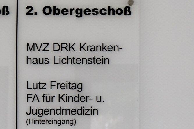 Noch wird auf einer Tafel im Eingangsbereich auf die Kinderarztpraxis hingewiesen, auf dem Wegweiser am Vordereingang der Stadt-Ambulanz Lugau aber schon nicht mehr.