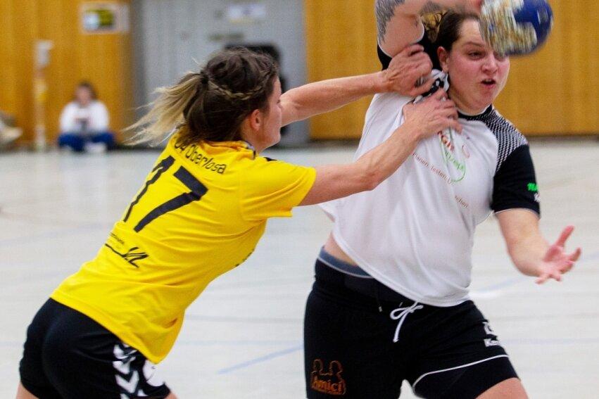 Mit harten Bandagen: Julia Uhlemann setzte sich gegen die nicht zimperliche Oberlosaer Abwehr immer wieder durch. Die bittere Niederlage konnte aber auch die Rotation-Spielmacherin nicht abwenden.