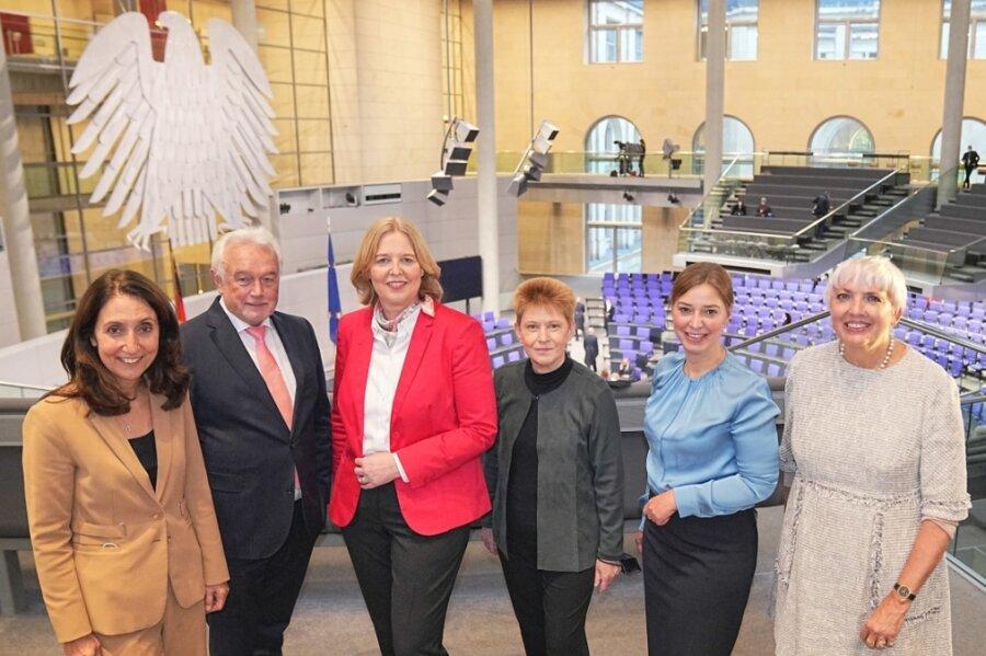 Das Präsidium des 20. Bundestages - und mittendrin eine junge Mutter aus dem Vogtland. Mit 600 von 727 abgegebenen Stimmen wurde Yvonne Magwas (CDU/Zweite von rechts) zur Vizepräsidentin gewählt - zusammen mit Claudia Roth (Grüne/rechts), Aydan Özoguz (SPD/links), Wolfgang Kubicki (FDP) und Petra Pau (Die Linke/Dritte von rechts). Bärbel Bas (SPD) ist die neue Präsidentin des Bundestages.