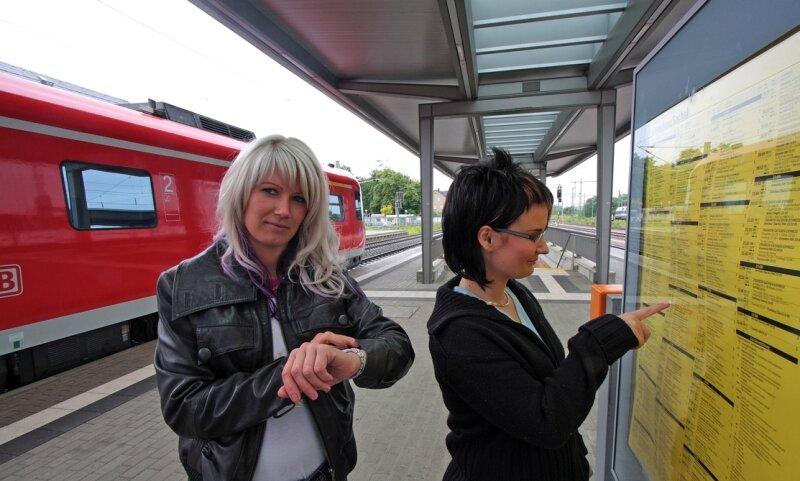 """<p class=""""artikelinhalt"""">Noch müssen sich die Fahrgäste in Glauchau an den Aushängen über Ankunfts- und Abfahrtszeiten der Züge informieren, wie hier Katja Welter und Nicole Müller (von links). Geplant sind elektronische Anzeigen. </p>"""