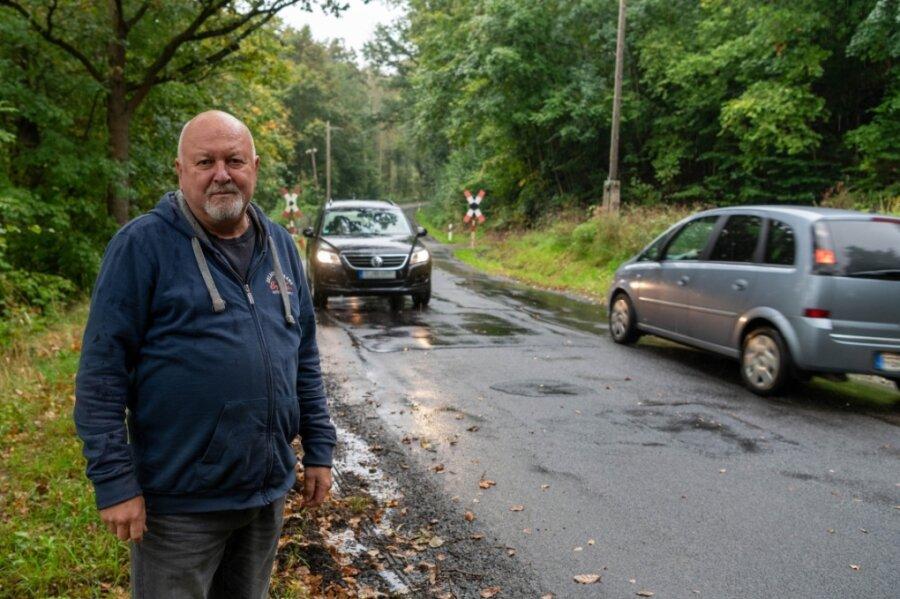 Wie andere Wechselburger auch, ärgert sich Jürgen Dost über den Zustand der Staatsstraße 242 zwischen Göhren und Cossen. Doch bis grundlegend etwas an der Trasse erfolgt, kann es noch dauern.