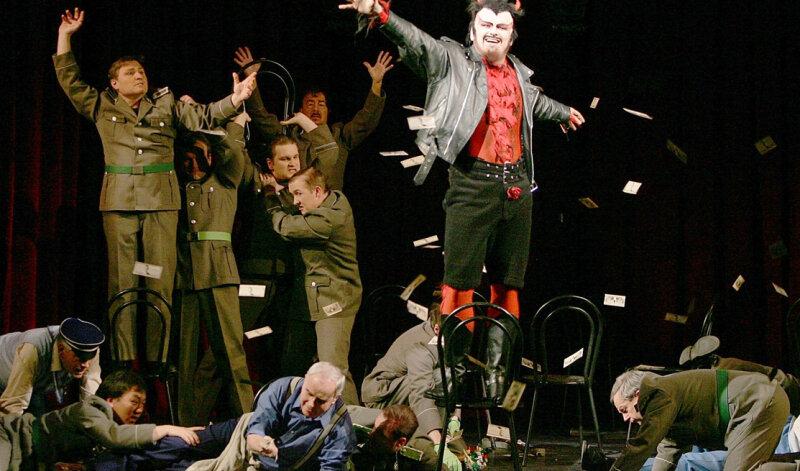 """<p class=""""artikelinhalt"""">Mit Geld konnte das Mittelsächsische Theater noch nie um sich werfen, bald aber dürfte es ganz auf dem Prüfstand stehen. Auf der Bühne sah das beim Tanz ums Goldene Kalb in der Inszenierung von Gounods Oper """"Faust"""" in der Spielzeit 2006/2007 ganz anders aus. Joachim Goltz war da als Mephisto großzügig. </p>"""