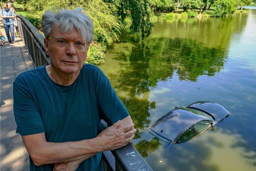 Provozierte hitzige Diskussionen: das von dem Schweizer Künstler Roman Signer im Chemnitzer Schlossteich halb versenkte Auto.
