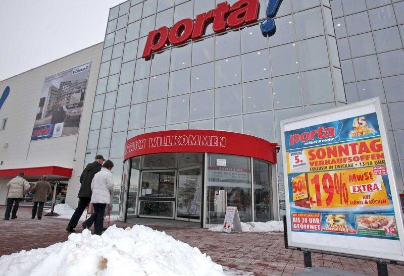 """<p class=""""artikelinhalt"""">Trotz Gerichtsbeschlusses: Bei Porta konnten Kunden am Sonntag einkaufen. Tatsächlich war der Möbelmarkt in Schedewitz gut frequentiert, der Parkplatz den Nachmittag über gut gefüllt.</p>"""