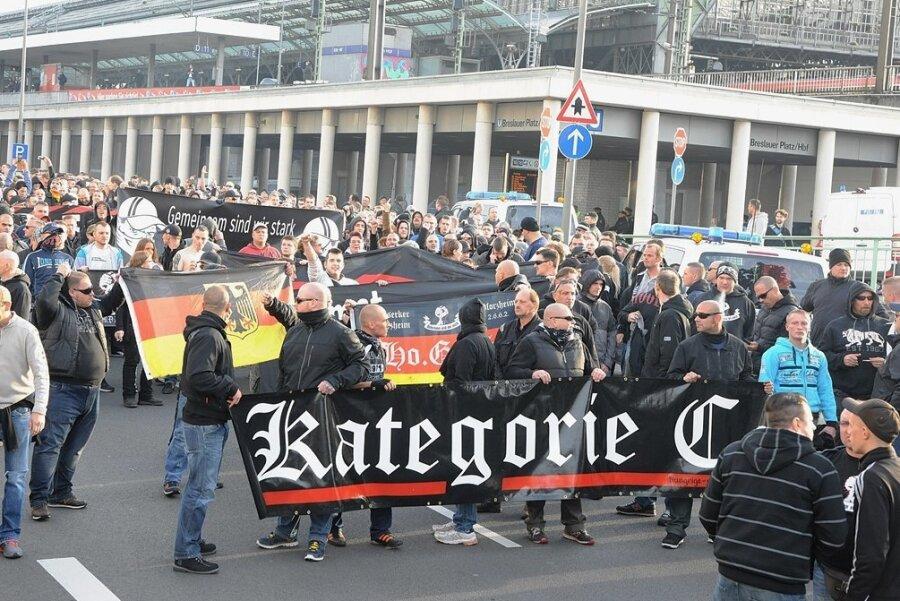 Bei einer Hooligan-Demo in Köln von 2014 tragen Teilnehmer ein Transparent mit dem Namen der rechten Band vor sich her. Die Polizei bezeichnet mit dem Begriff gewaltbereite Fans.