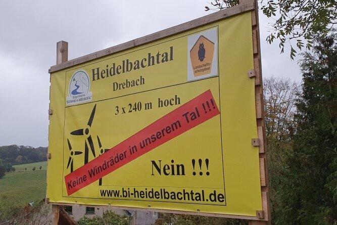 """Windpark-Pläne stoßen in der Drebacher Bevölkerung auf Kritik, wie Plakate der Bürgerinitiative """"Gegenwind im Heidelbachtal"""" zeigen."""