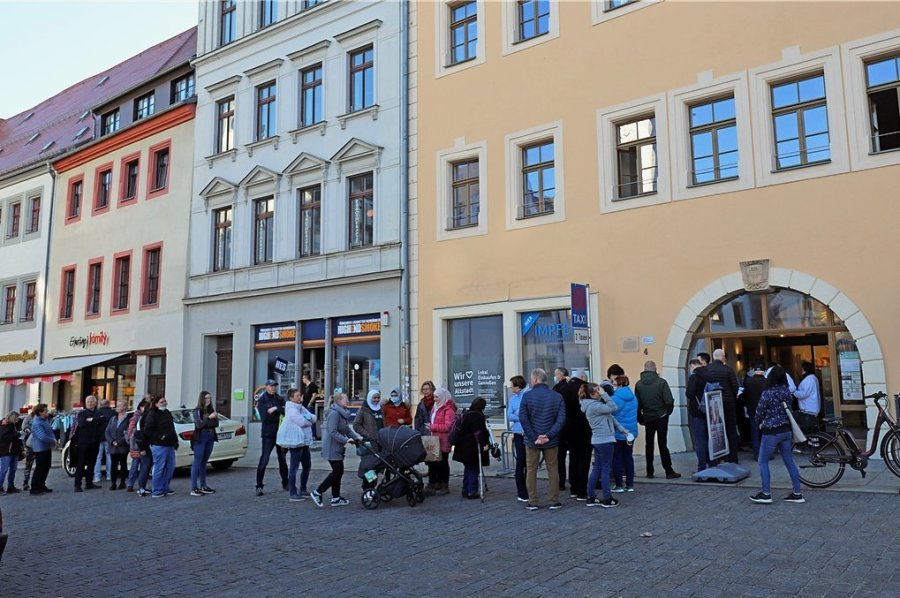 Schnell bildete sich vor der neuen Impfstelle am Freiberger Obermarkt eine lange Schlange.