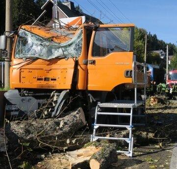 In Rittersgrün fuhr ein Lastwagen gegen einen Baum.