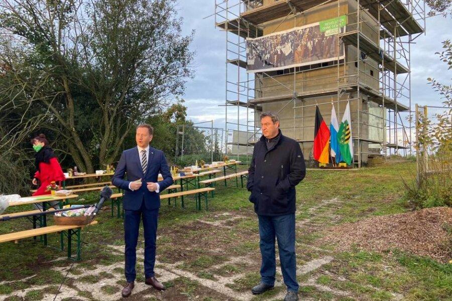 Ankommen, sprechen und wieder weg: Markus Söder (rechts) und Michael Kretschmer (links) beim sehr kurzen Einheitsfrühstück am Samstag vor dem einstigen Grenzturm in Heinersgrün im Vogtland.